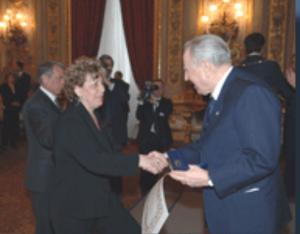 Ciampi consegna la medaglia al valore ad Annamaria Bruno