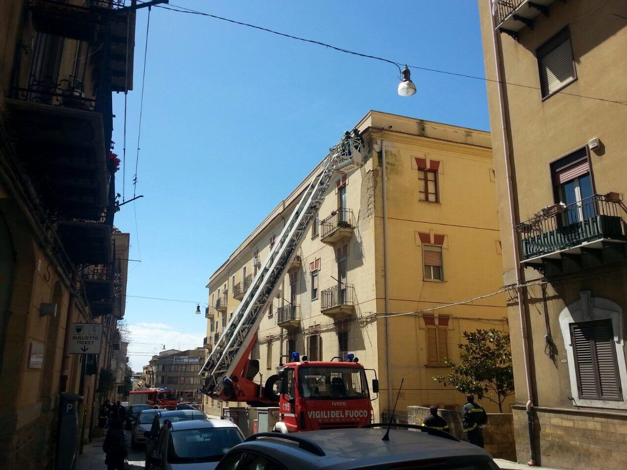 Cornicione caduto in via elena vigili del fuoco - Cornicione casa ...