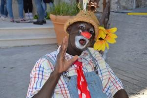 Un simpatico ragazzo tra i tanti presenti nella piazza