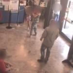 foto rapinatore con depliant