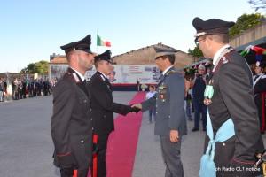 Il col. GdF Luigi Macchia consegna l'encomio ai carabinieri Ennio Viticonte e Salvatore Sinatra