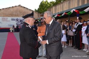 Il dr Salvatore Cardinale consegna la ricompensa al Brig. capo Andrea Calogero Guagenti