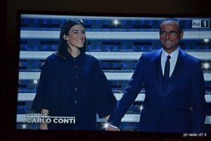 L'ingresso sul palco di Miele e Carlo Conti