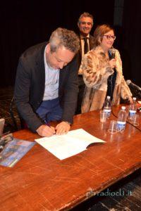 La firma del contratto con Ovadia