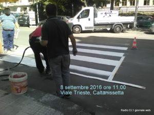 Operai al lavoro in viale Trieste