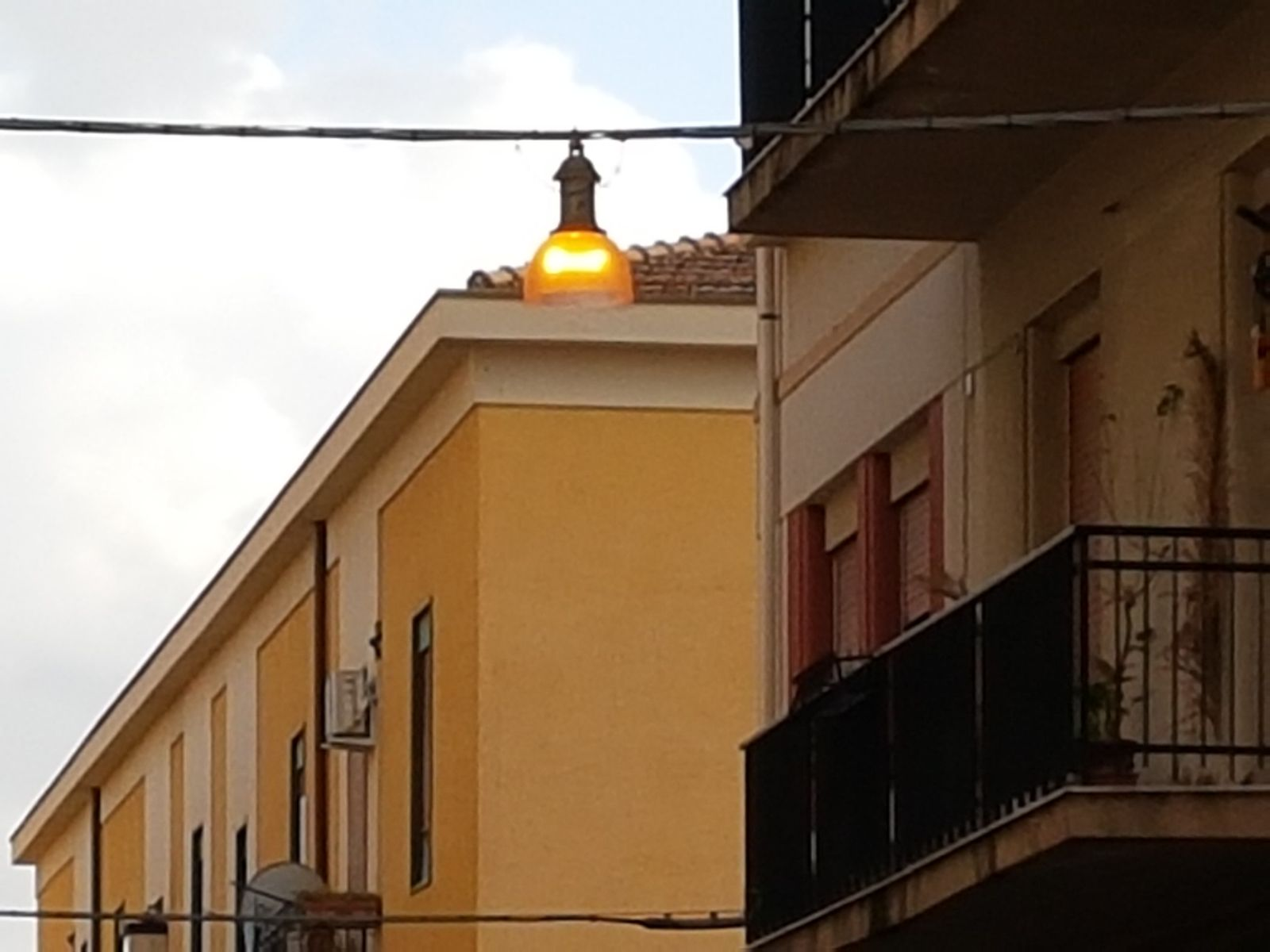 Illuminazione pubblica in tilt luci accese di giorno il comune