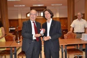 Il presidente Cardinale consegna la targa al regista Rocco Ballacchino