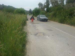 Le auto invadono la corsia opposta