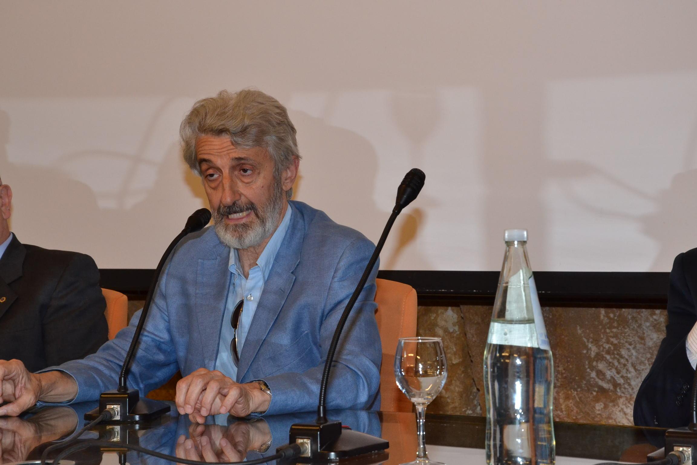 Lo scrittore Enzo Russo durante uno dei suoi interventi